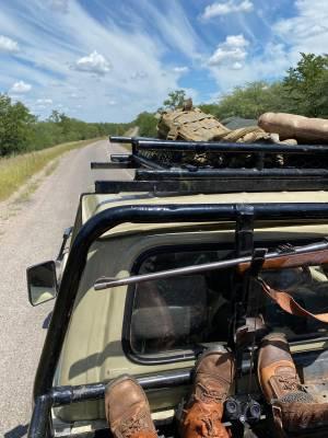 W drodze do obwodu. Toyota land cruiser to uniwersalny pojazd na afrykańskie polowanie