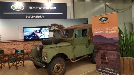 Stary Land Rover jako symbol turystyki na 4 kołach w Namibii